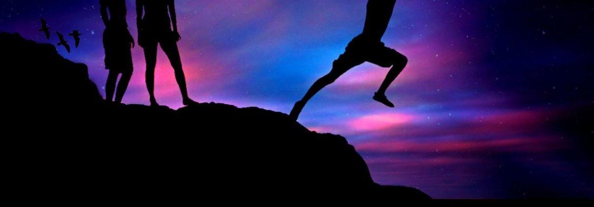 Menschen stehen auf Berg und springen