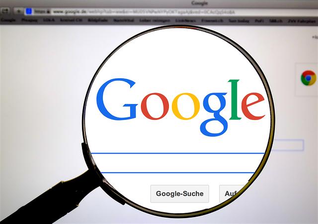 Lupe über Google-Logo