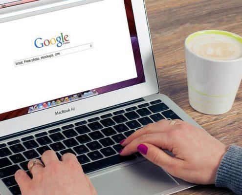 Laptop mit offener Google-Seite