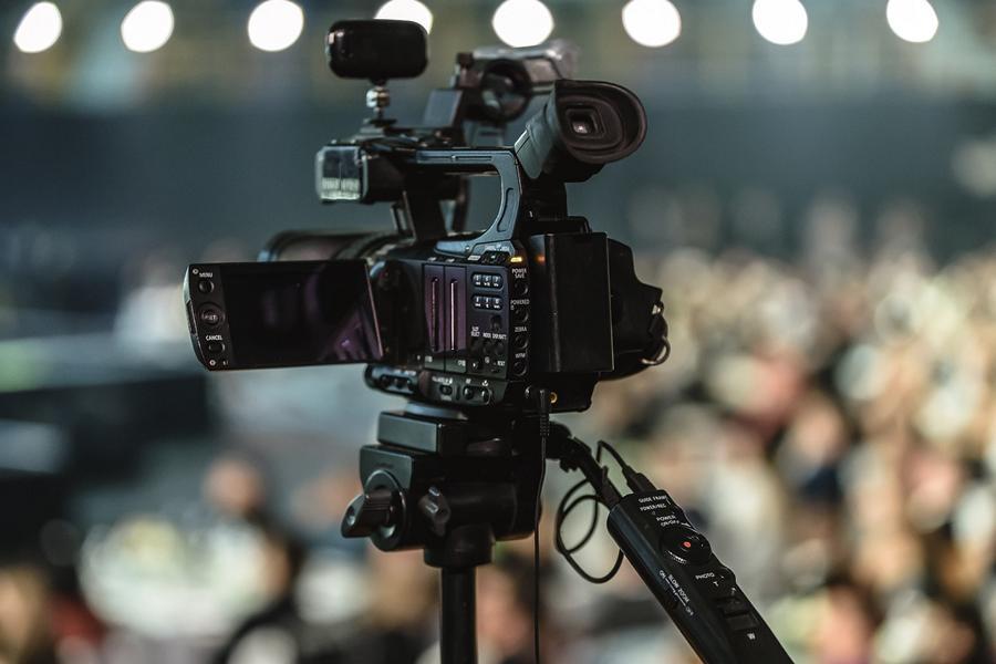 Videokamera auf Stativ