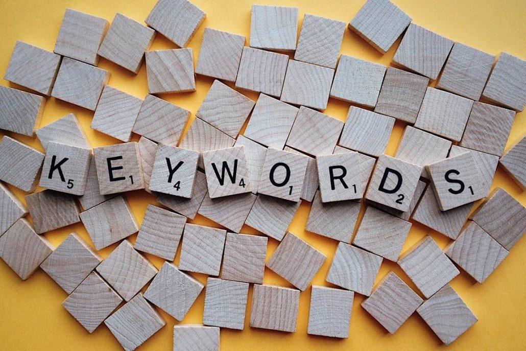 Holzsteine mit Buchstaben, die das Wort Keyword ergeben