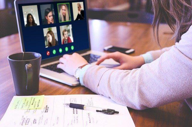 Zoom, Laptop mit Teilnehmern einer Online-Konferenz