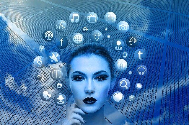 Frau mit Social-Media-Icons um den Kopf