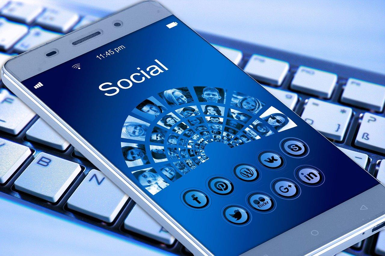 Smartphone mit Social-Media-Symbolen auf Display