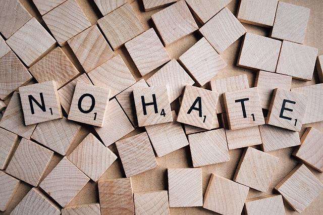 """Hasskommentare unter Werbeanzeigen, Buchstaben mit Schriftzug """"no hate"""""""