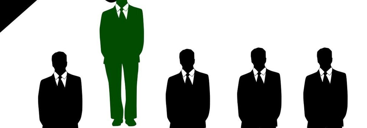 Social Recruiting, Mann wird von Hand hochgehoben